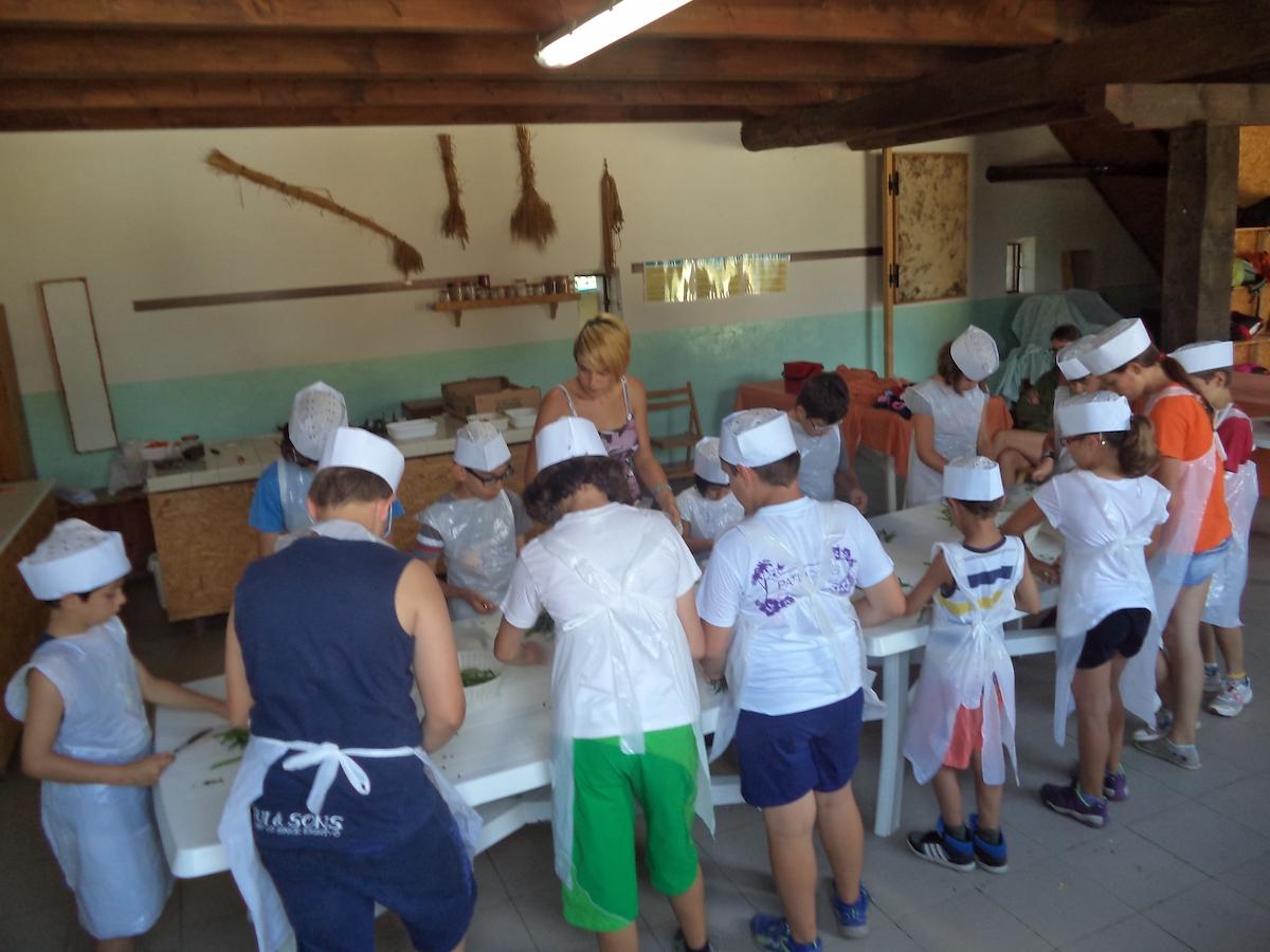 laboratorio di preparazione giardiniera con i bambini