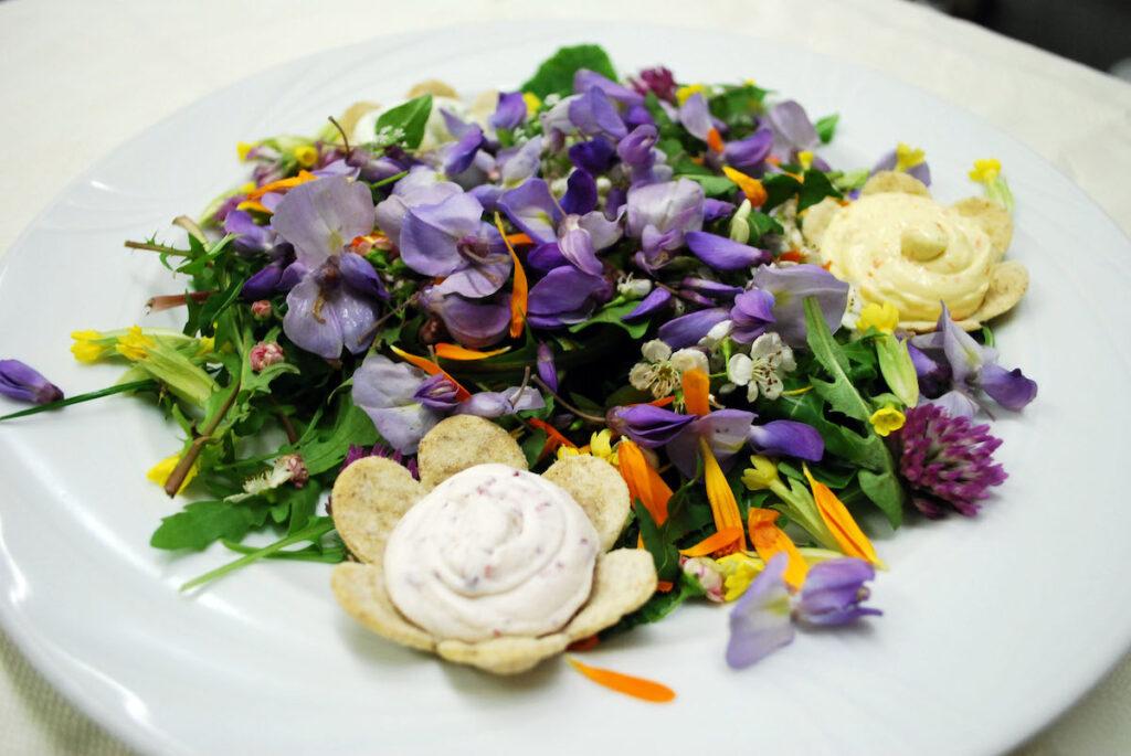 Insalatina di fiori con mousse di Sarass dël fèn