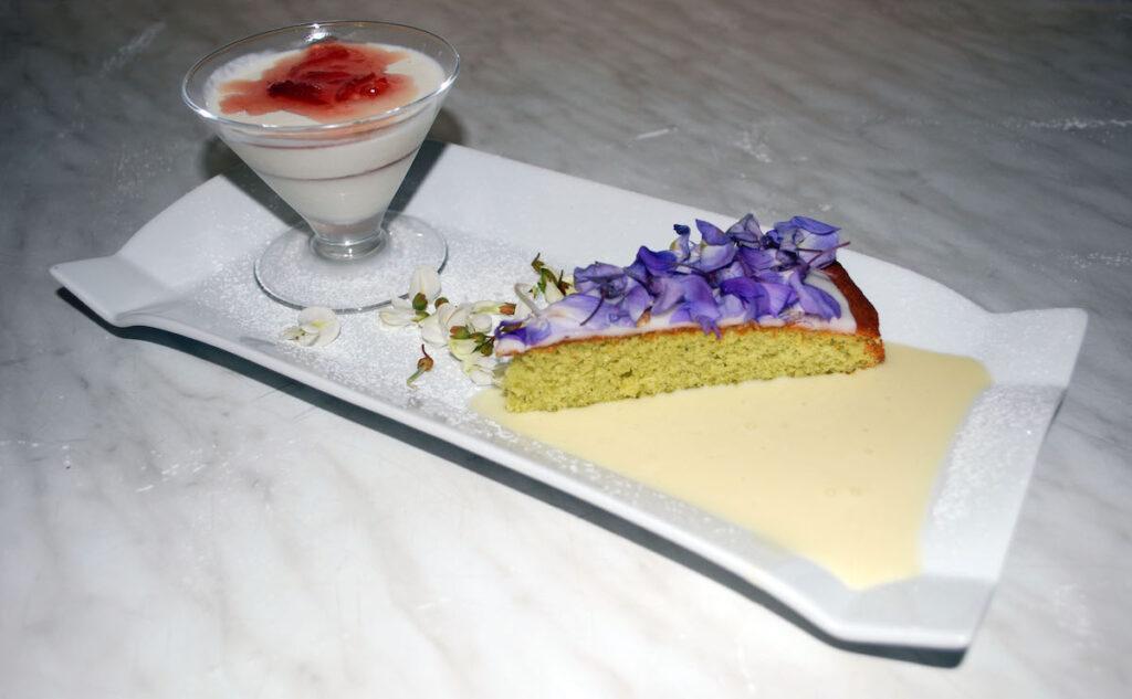 Torta glassata al glicine con mousse alla gelatina di rose